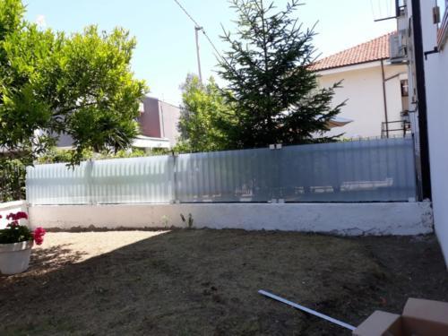 recinzione-vetro-bianco-latte-filo-lucido-con-pinze-ox-argento